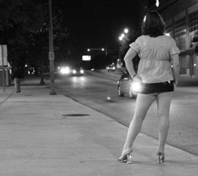 Mulher na escuridão na esquina