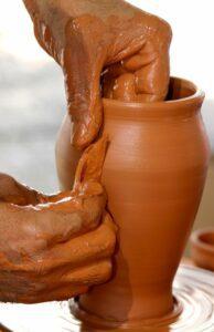 Oleiro fazendo vaso de barro